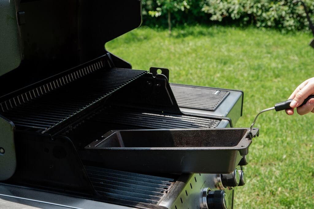 wkładanie żeliwnego woka do grilla